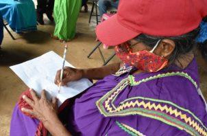 En lo que va del año 27 ciudadanos (en su mayoría adultos), han logrado escribir sus nombres y apellidos en un papel.