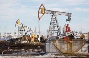 Los contratos de gasolina con vencimiento en marzo subieron. EFE