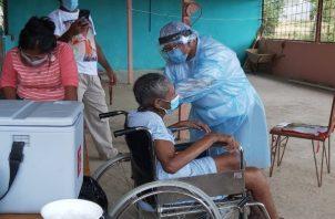 Este sábadoel personal delMinsa siguió con la estrategia continua de vacunación para los adultos mayores de 60 años.