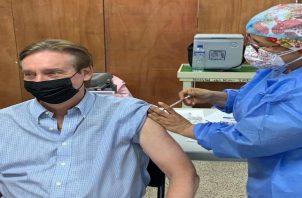 """El infectólogo Xavier Saez Llorens, en su cuenta de twitter escribió: """"24 horas después de vacunación solo dolor en brazo y tenue dolor de cabeza; mayoría de reacciones se presenta entre días 1-3 después de inyección."""
