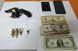 La Policía Nacional ubicó dinero en efectivo que se presume pertenecía a la víctima, además se encontró un arma de fuego, la cual se presume fue utilizada para cometer el delito.