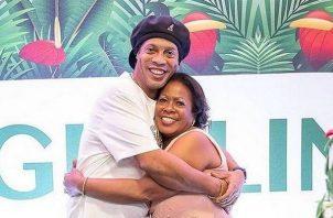 Ronaldinho junto a su madre.