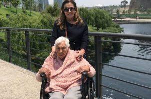 Laura Zapata se encarga del cuidado de su abuela, Eva Mange. Instagram: @laurazapataoficial