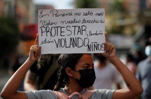 Manifestantes protestan frente a la sede de la Senniaf, contra los casos de abuso a menores ocurridos en albergues de dicha institución. Foto: EFE