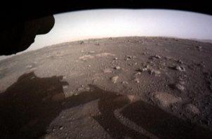 Fotografía del 18 de febrero de 2021 cedida por la NASA, en la que se muestra la primera imagen en color de alta resolución enviada por Hazard Cameras (Hazcams) instalada en la parte inferior del rover Perseverance. Foto: EFE