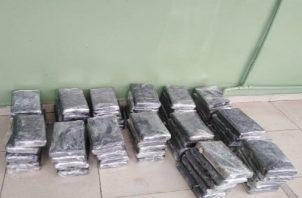 La droga, que fue ubicada en un doble fondo del maletero de la camioneta, estaba forrada con cinta adhesiva de color negro y transparente.