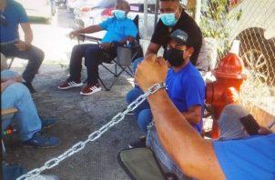 Los taxistas están encadenados en las afueras de la Gobernación de Veraguas. Foto: Melquiades Vásquez
