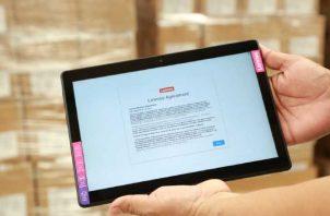 La meta para este año es entregar 100 mil tabletas a los estudiantes de segundo ciclo, informó la ministra de Educación. Ya se cuentan con 25 mil. Foto: Archivo