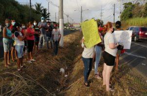 Los manifestantes exigen una respuesta del Idaan y han solicitado además la intervención de la Gobernación, para obtener una respuesta satisfactoria. Foto: Diomedes Sánchezc