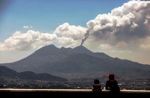 El volcán de Fuego en Guatemala continúa activo con diez erupciones por hora. Foto:EFE