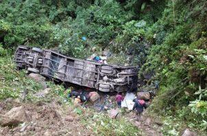 Labores de rescate de un ómnibus accidentado en Cochabamba (Bolivia). EFE