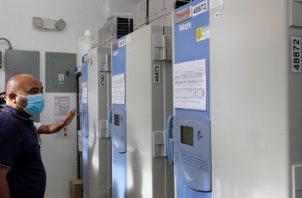 Congeladores donde son almacenadas las vacunas antes de ser distribuidas a nivel nacional.  Archivo