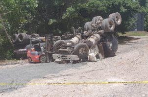 La mula que conducía quedó volteada en su totalidad. Foto: Diómedes Sánchez