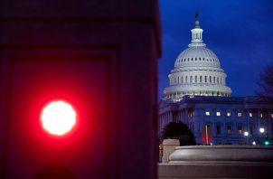 Vista de un semáforo en rojo frente al Capitolio, este jueves en Washington (Estados Unidos), donde la seguridad se ha reforzado y la Cámara Baja ha suspendido sus sesiones. Foto: EFE