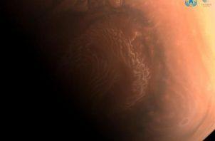 Foto muestra la superficie de Marte capturada desde la nave espacial Tianwen-1.