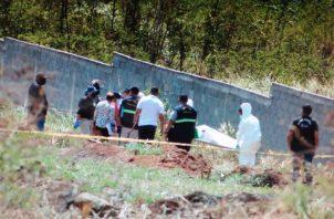 El cadáver estaba en una excavación próxima a la cerca perimetral de un nuevo residencial. Foto: Eric A. Montenegro