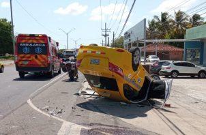 El vehículo taxi terminó volcado sobre la vía. Foto: Thays Domínguez