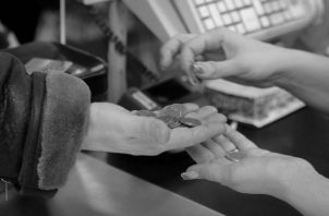 El sentido del ahorro que Jesús nos enseña implica primero no gastar más de lo que se ingresa. Segundo: guardar siempre un porcentaje Y para eso no hay que gastar en cosas innecesarias. Foto: EFE.