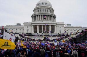 Manifestantes pro-Trump asaltaron los terrenos del Capitolio de los Estados Unidos. EFE