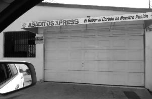 """""""Asaditos Xpress"""", funciona en una casa en Camino Real 1, San Antonio. Asan con leña y carbón. El propietario del """"negocio"""" advirtió que no dejará de asar solo porque a los vecinos les afecta el humo."""