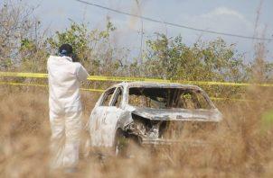 La Policía Nacional confirmó que el cadáver y el vehículo fueron ubicados tras una llamada telefónica a la sede de esta institución en el distrito de San Carlos.