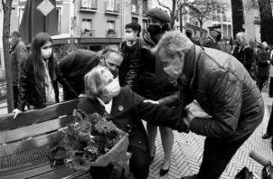 Homenaje en Pamplona en el lugar del atentado de ETA de 1985 en el que murieron el niño Alfredo Aguirre y el policía nacional Francisco Miguel. La madre del pequeño, Carmen Belascoáin (sentada), saluda a Javier Caballero, hijo del edil de UPN Tomás Caballero, asesinado por ETA en 1998, en presencia de Verónica Miguel (con boina roja), hija del policía nacional. Foto: EFE.
