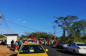 Un grupo de invasores protestó en días pasados, porque le desconectaron una instalación ilegal de electricidad.