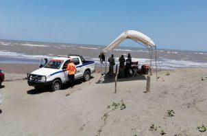 El cuerpo del pescador se mantuvo a orillas de la playa, hasta que llegaron unidades del Ministerio Público para iniciar la investigación pertinente.
