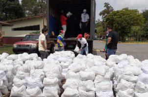 La distribución de bolsas de comida forma parte del plan Panamá Solidario que se ha manejado a través de varios ministerios. Archivo