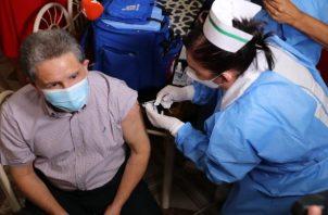 Además de Venancio Caballero las enfermeras aprovecharon para vacunar a cinco personas más contra la covid-19 que estaban en cama.