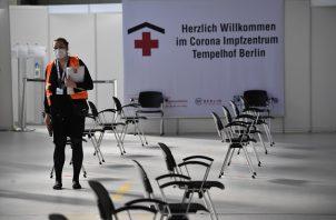 El Gobierno de Alemania habilitó un nuevo centro de vacunación en el antiguo aeropuerto de Tempelhof en Berlín, en medio de la nueva pandemia de coronavirus. Foto: EFE