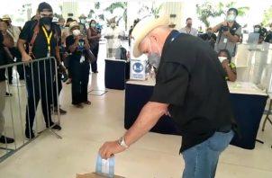 Ricardo Martinelli ejerce su voto en la sede del Tribunal Electoral.