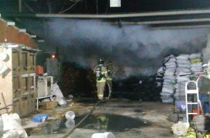 Los bomberos lograron controlar el incendio antes de que se propagara hasta una residencia cercana.