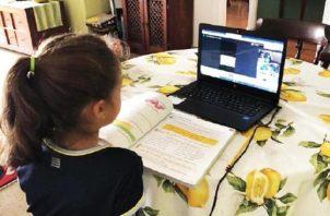 Algunas escuelas particulares querían cobrarle a los padres de familia hasta por el uso de las plataformas virtuales que usan sus hijos. Foto Ilustrativa