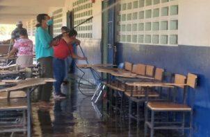 Durante toda la semana se han adelantado jornadas de limpieza en diversos planteles, por parte de las comunidades educativas, como preparación para la fase 2 en la que se espera vacunar a las personas mayores de 60 años. Foto:Thays Jiménez