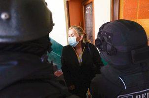 La expresidenta interina de Bolivia, Jeanine Áñez, en las instalaciones de la Fuerza Especial de Lucha Contra el Crimen (Felcc) de La Paz, este sábado. Foto:EFE