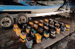 Las embarcaciones y los tres tripulantes fueron trasladados a la Base Naval Capitán de Fragata Noel Rodríguez, para las diligencias de allanamiento y registro, durante las cuales lograron contabilizar 140 paquetes de sustancia ilícita aún por determinar. Foto: Cortesía