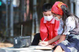 El Ministerio de Educación ha recurrido hasta a dar clases radiales en el dialecto de los indígenas, como en Guna Yala, en este trimestre. Cortesía