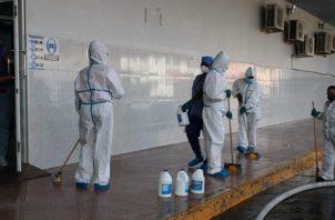 Personal de varias entidades apoyaron en el proceso de desinfección del hospital Dr. Manuel Amador Guerrero.