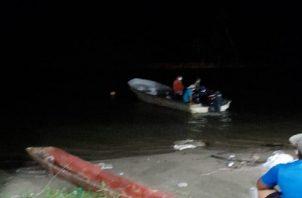 Los pescadores artesanales del área en horas de la noche tiraron sus trasmallos para tratar de sacar el cuerpo.