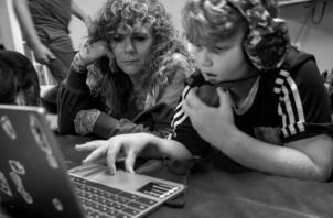 """Niños y jóvenes """"interactuando"""" en una educación que niega su propia esencia de inmediatez en la enseñanza. Atiborrados con un cúmulo de tareas sin fin. Padres convertidos en maestros y profesores a la fuerza. Foto: EFE."""