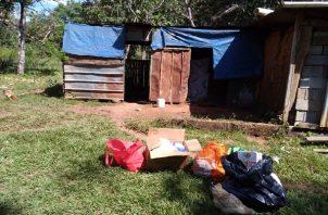 El menor se encontraba en la vivienda, en medio de excrementos y en precarias condiciones.