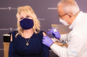 A inicios de este mes, la cantante de música 'country', Dolly Parton, recibió la primera dosis de la vacuna. Foto: Instagram