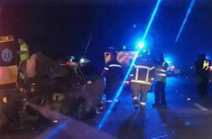 Informes iniciales señalan que un vehículo tipo sedán, Nisaan Tiida, que se dirigía desde el corregimiento de Sabanitas hacia la ciudad de Colón por la autopista sufrió un accidente vehicular en el que quedó volcado.