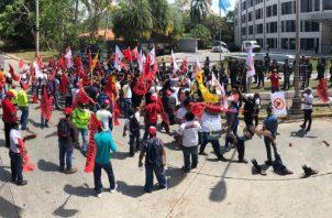 Trabajadores se enfrentaron por varios minutos con unidades de control de multitudes de la Policía en las afueras de la sede del diálogo. Internet