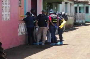 Autoridades en la casa donde la mujer hirió mortalmente con arma blanca a su pareja. Foto: Diómedes Sánchez