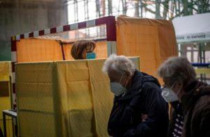 Una persona es vacunada contra la covid-19 en Praga.