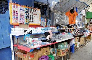 En Las Tablas, la buhonería está concentrada en el paseo Carlos López y la avenida Belisario Porras, donde los comerciantes venden desde mascarillas, lentes de sol y otros artículos al por menor, hasta prendas típicas.