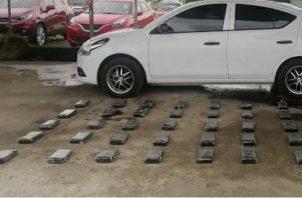 El allanamiento y registro se realizó en coordinación con las autoridades del Ministerio Público, ubicando la sustancia ilícita oculta en el piso del vehículo.