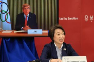 Thomas Bach (en la pantalla), presidente del Comité Olímpico Internacional,y la presidenta del Comité Organizador de Tokyo 2020, Seiko Hashimoto, durante la reunión.